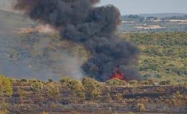 火在有人走的原野和火焰在背景中 库存照片