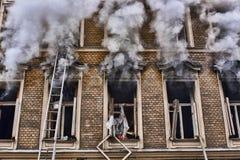 火在老房子里 免版税库存图片