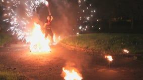 火展示在晚上在户外夏天 股票视频