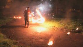 火展示在晚上在户外夏天 股票录像