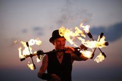 火展示把戏,保持平衡 免版税库存照片