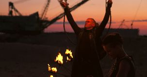 火展示艺术家呼吸在黑暗在摒弃大厦,慢动作的火 在心形的火 影视素材