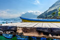 火山、小船&跳船,湖Atitlan,危地马拉 库存图片
