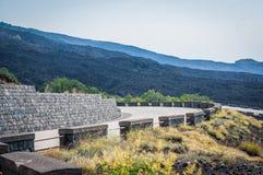 火山与路的Etna视图横跨熔岩石头 免版税库存图片
