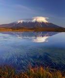 火山反射在湖的扎尔巴奇克火山 库存照片
