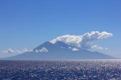 火山发怒的印度尼西亚的海岛 免版税库存图片