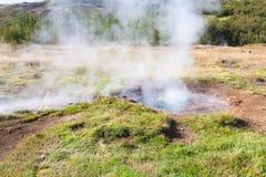 火山口在Haukadalur喷泉区域在秋天 库存图片