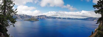 火山口湖全景视图  免版税库存图片