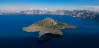 火山口湖的向导海岛 库存图片