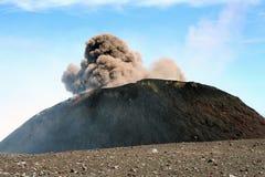 火山口白天喷发的etna 免版税库存图片