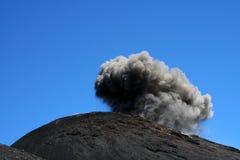 火山口白天喷发的etna 免版税库存照片