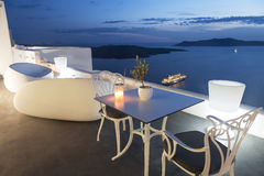 破火山口的看法从大阳台咖啡馆的, Fira,圣托里尼, 库存照片