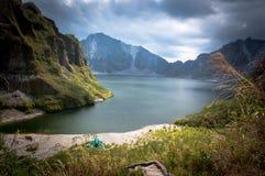 火山口的美丽的火山的湖 免版税图库摄影
