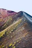 火山口边缘etna游人 免版税库存图片