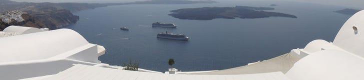 破火山口, Cruisehips,圣托里尼屋顶视图  库存照片