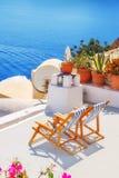 以破火山口, Oia村庄,圣托里尼为目的躺椅 免版税库存图片