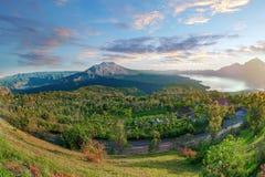 破火山口崩溃了导致登上火山口墙壁下沉围拢的Batur火山 库存图片