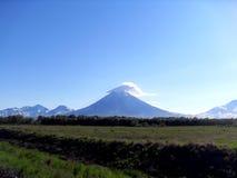 火山和云彩 图库摄影