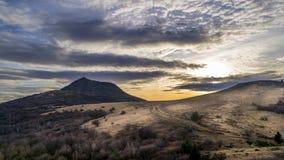 火山和剧烈的天空 免版税库存图片