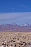 火山和月亮 免版税库存照片