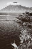 火山圣佩德罗火山令人惊奇看法在黑白的在危地马拉 库存照片