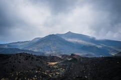 火山在云彩的Etna视图 免版税库存照片