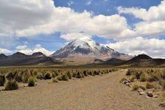 火山在萨哈马国家公园,安地斯,玻利维亚 免版税库存照片