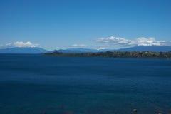 火山奥索尔诺火山和卡尔布科火山- Puerto Varas -智利 库存图片