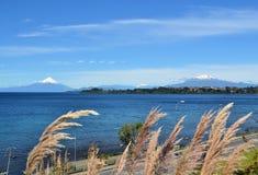 火山奥索尔诺火山和Calbucco,巴塔哥尼亚,智利 库存图片