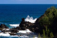火山岩、海浪和大海在毛伊coaset 库存照片