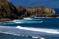 火山岩、海浪和大海在毛伊coaset 免版税库存图片