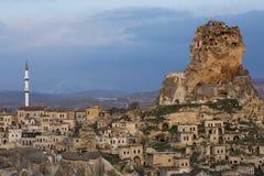 火山岩在Ortahisar,土耳其镇的形成在卡帕多细亚和看法  免版税库存照片