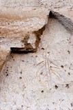 火山岩床NM刻在岩石上的文字点象形文字古老默多克峭壁 库存照片
