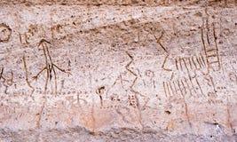 火山岩床NM刻在岩石上的文字点Pictopraphs古老默多克峭壁艺术 免版税图库摄影