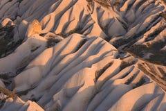 火山岩形成在卡帕多细亚看起来沙丘的,土耳其 免版税库存图片