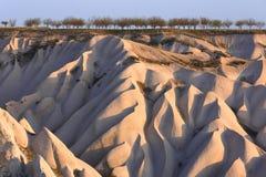 火山岩形成在卡帕多细亚看起来沙丘的,土耳其 库存图片