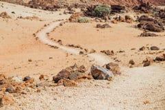 火山岩,在背景的绞的供徒步旅行的小道 免版税库存图片