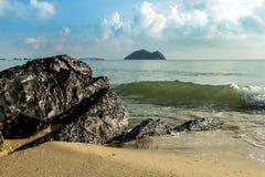 火山岩Po Pran直接地到海,在的海湾里 库存图片