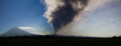 火山帕卡亚火山喷发 免版税库存图片