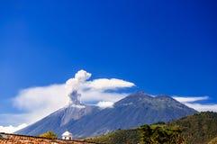 活火山开火喷发&阿卡特南戈火山火山,危地马拉 免版税图库摄影