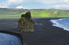 火山海滩黑色dyrholaey冰岛的沙子 免版税库存照片