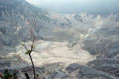火山火山口在Tangkuban Parahu万隆印度尼西亚 免版税库存图片
