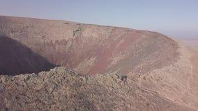 火山火山口的鸟瞰图 股票视频