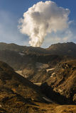 火山灰蘑菇云在火山的火山口的 免版税图库摄影