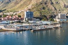 火山的山和镇和港口圣克鲁斯de十 库存图片