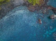 火山的海岸鸟瞰图与波浪的 库存图片