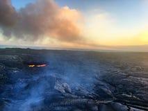 从火山的熔岩流到海洋大岛夏威夷里 免版税库存照片