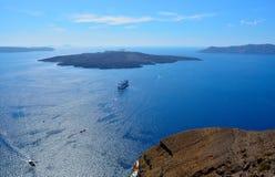 火山的看法在圣托里尼附近海岛的爱琴海。 库存图片