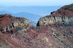 火山的红色结冰的熔岩火山口 库存照片