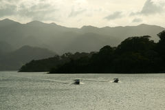 火山的阿雷纳尔接近的湖 免版税库存照片